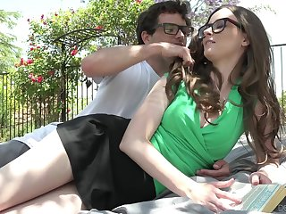 Nerd dude fucks girlfriend Jay Taylor on the lawn in the lead be advantageous to the house